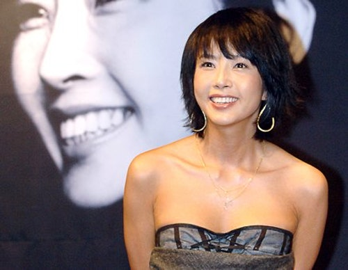 Portrait photograph of the South Korean actress, Choi Jin-sil (최진실, 1968-12-24 – 2008-10-02)). It was taken by a photographer of Segye Ilbo (Segye Newspaper)