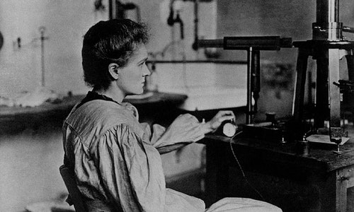1200px-Marie_Curie_in_her_laboratory
