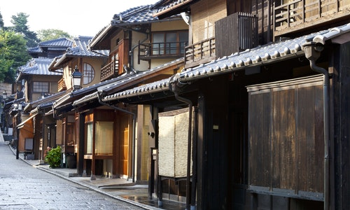 Street of old wooden houses in historic Kyoto Japan - 圖片