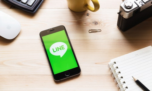 CHIANG MAI, THAILAND - MARCH 23 2016 : iPhone 6s opened to LINE Massager application. LINE Massager is a communication app that allows you to make free voice calls and send free messages - 圖片
